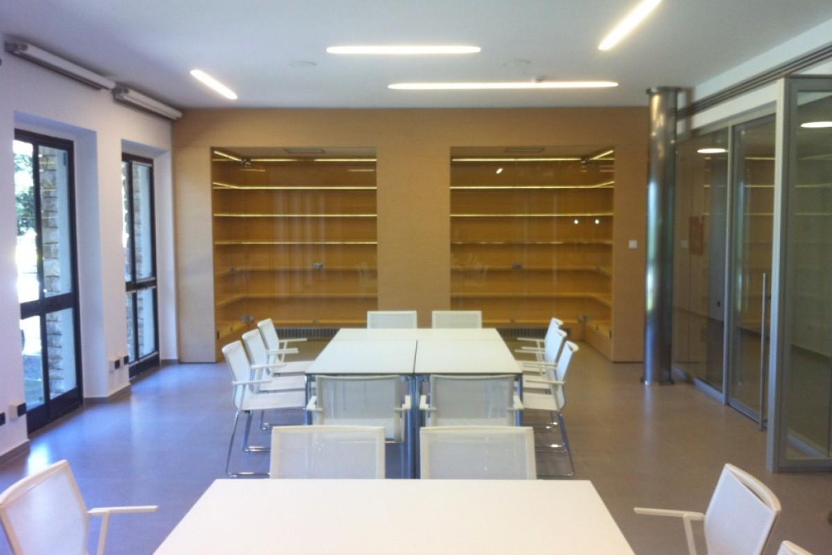 Arredamenti su misura per uffici librerie centri for Arredamenti commerciali